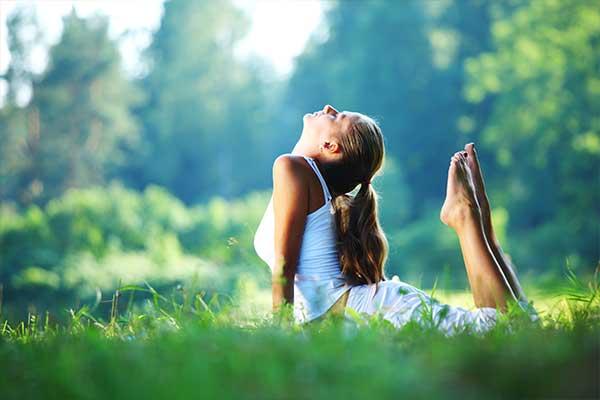 Yoga im weitläufigen Park