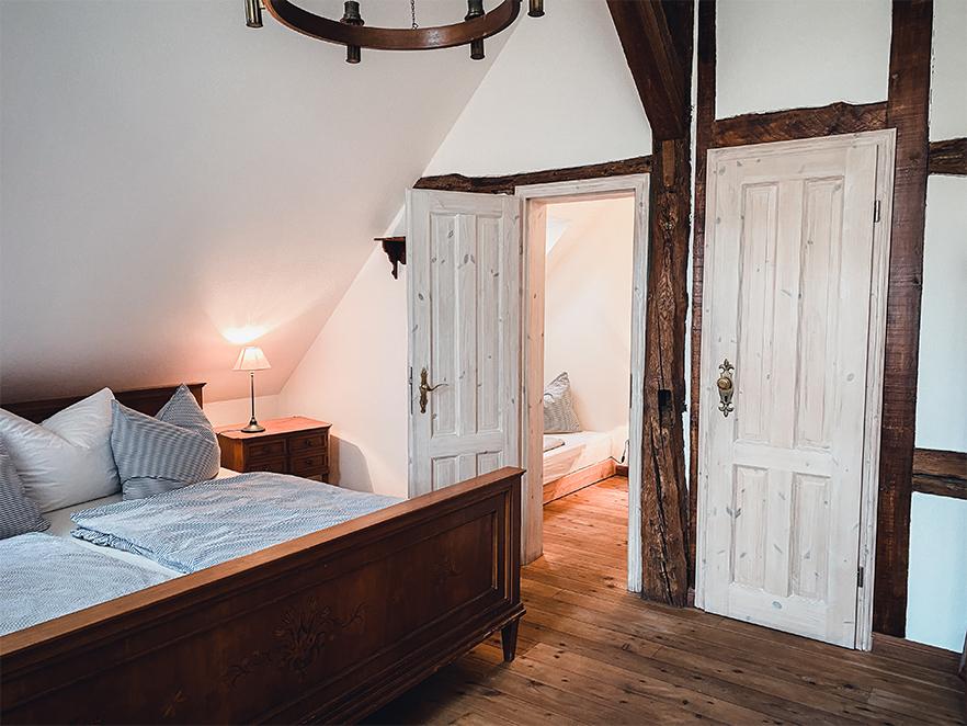 Hauptzimmer mit Blick in die Schlafkammer